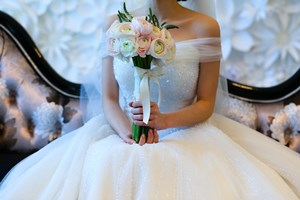 Wedding_Flower_White_and_Pink_Flower_Bouquet_and_Bride